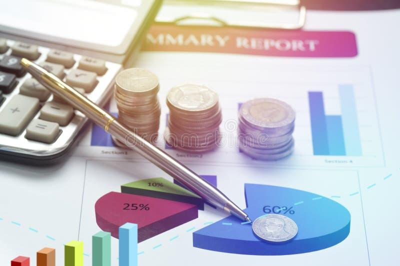 χρήματα νομισμάτων σωρών με τη χρηματοδότηση γραφικών παραστάσεων και το τραπεζικό υπόβαθρο η έννοια αυξάνεται μέσα και περπατά β στοκ εικόνα