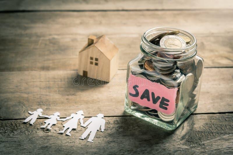Χρήματα οικογενειακής αποταμίευσης για την αγορά του σπιτιού στοκ φωτογραφίες με δικαίωμα ελεύθερης χρήσης