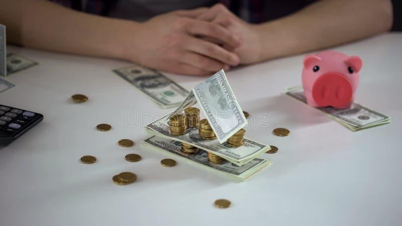 Χρήματα που διπλώνονται ως σπίτι, σύμβολο της οικονομικής σταθερότητας, αποταμίευση για να αγοράσει την κατοικία στοκ φωτογραφίες με δικαίωμα ελεύθερης χρήσης