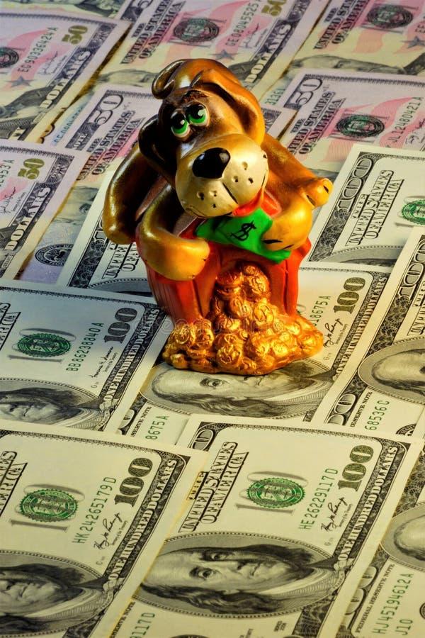 Χρήματα που παρακολουθούν το πιστό άγρυπνο σκυλί, παλαιότερο κατοικίδιο ζώο Το σκυλί αντιπροσωπεύει τέτοιες καλές ποιότητες όπως  στοκ φωτογραφίες