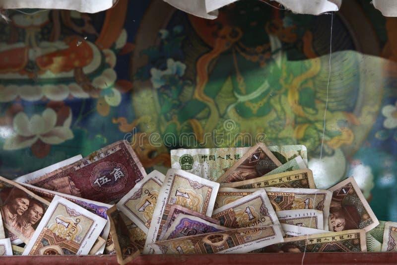 Χρήματα που προσφέρουν στο Βούδα στο θιβετιανό αρχαίο μοναστήρι στοκ φωτογραφίες με δικαίωμα ελεύθερης χρήσης