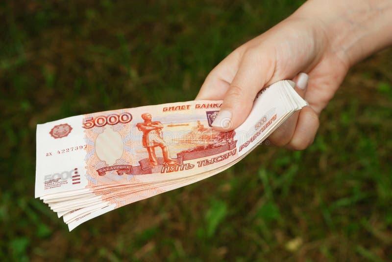 χρήματα ρωσικά χεριών στοκ φωτογραφία