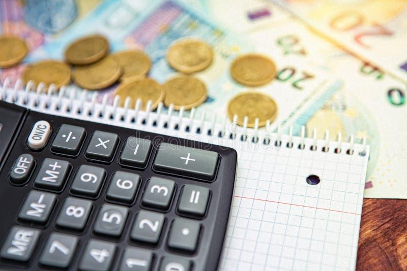 Χρήματα, υπολογιστής στον ξύλινο πίνακα, οικονομική έννοια υποβάθρου στοκ εικόνες