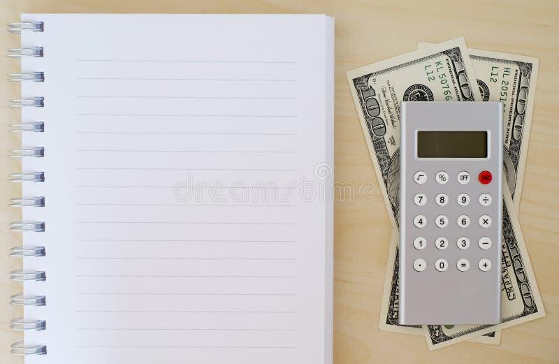 Χρήματα, υπολογιστής και κενό σημειωματάριο στο ξύλινο υπόβαθρο, επιχείρηση στοκ φωτογραφία με δικαίωμα ελεύθερης χρήσης