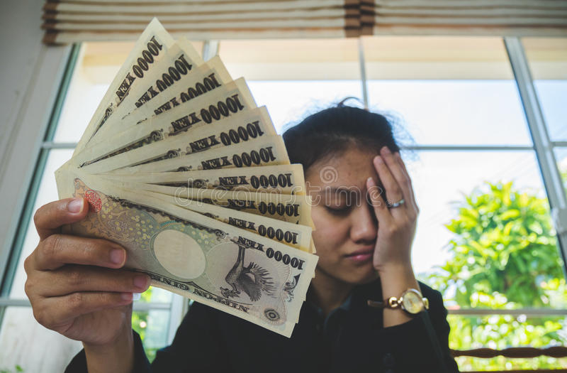 χρήματα υπό εξέταση με το έγγραφο δήλωσης και αίσθημα αγχωτικός στη finnancial έννοια στοκ εικόνες