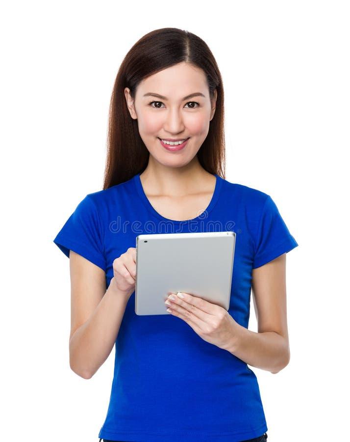 Χρήση γυναικών του PC ταμπλετών στοκ εικόνα