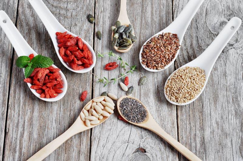 Χρήσιμα, υγιή τρόφιμα Θέστε τους σπόρους για μια υγιεινή διατροφή στοκ εικόνες