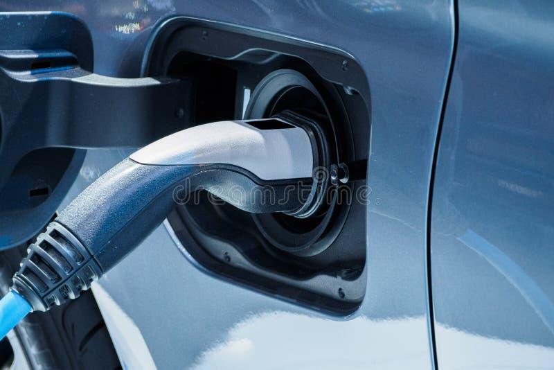 χρεώνοντας ηλεκτρικό όχημ&al στοκ εικόνες με δικαίωμα ελεύθερης χρήσης