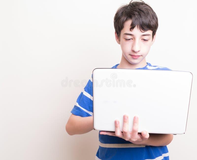 χρησιμοποίηση εφήβων υπολογιστών στοκ φωτογραφία με δικαίωμα ελεύθερης χρήσης