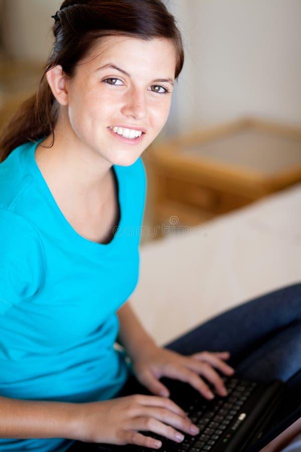 χρησιμοποίηση εφήβων lap-top κοριτσιών στοκ εικόνα