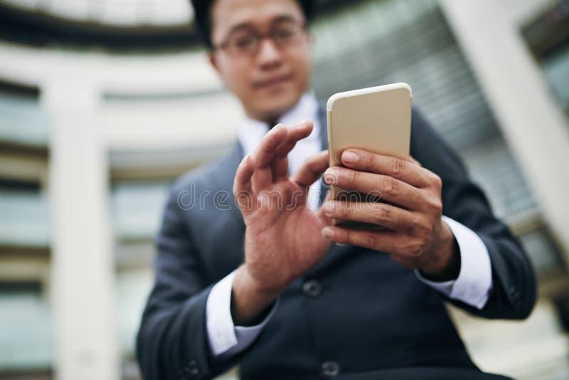 Χρησιμοποίηση κινητού app στοκ εικόνα με δικαίωμα ελεύθερης χρήσης