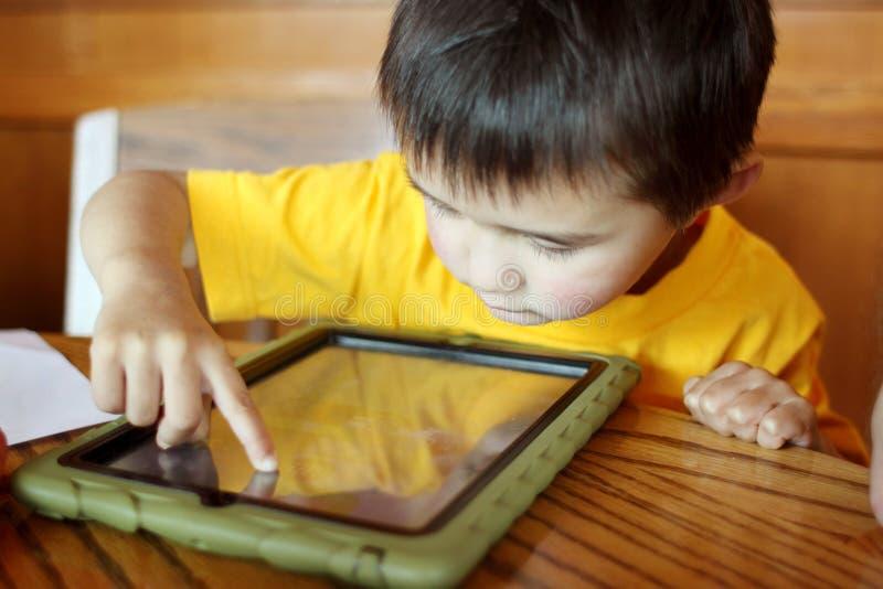 χρησιμοποίηση μικρών παιδιών ταμπλετών PC στοκ φωτογραφίες με δικαίωμα ελεύθερης χρήσης