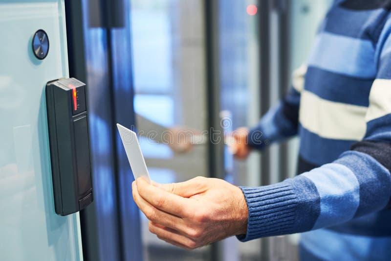 Χρησιμοποίηση του κλειδιού ηλεκτρονικών καρτών για την πρόσβαση στοκ φωτογραφία με δικαίωμα ελεύθερης χρήσης