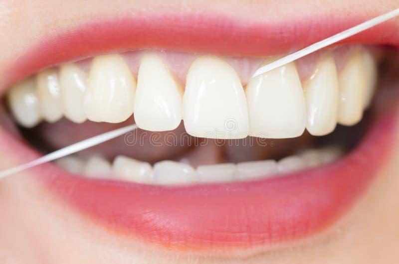 Χρησιμοποίηση του οδοντικού νήματος στοκ φωτογραφία με δικαίωμα ελεύθερης χρήσης