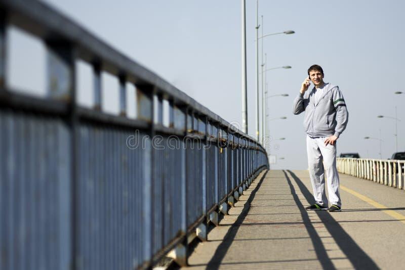 Χρησιμοποίηση του τηλεφώνου στη γέφυρα στοκ εικόνα