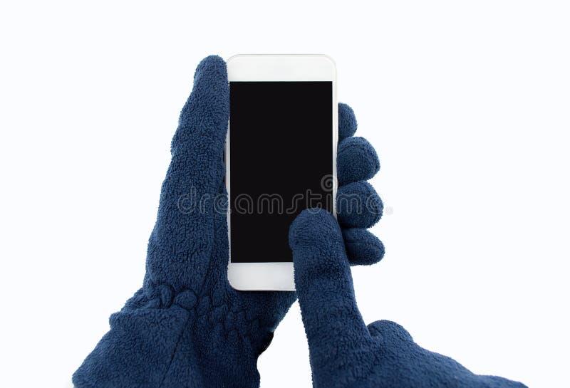 Χρησιμοποίηση του smartphone με τα γάντια στοκ εικόνες