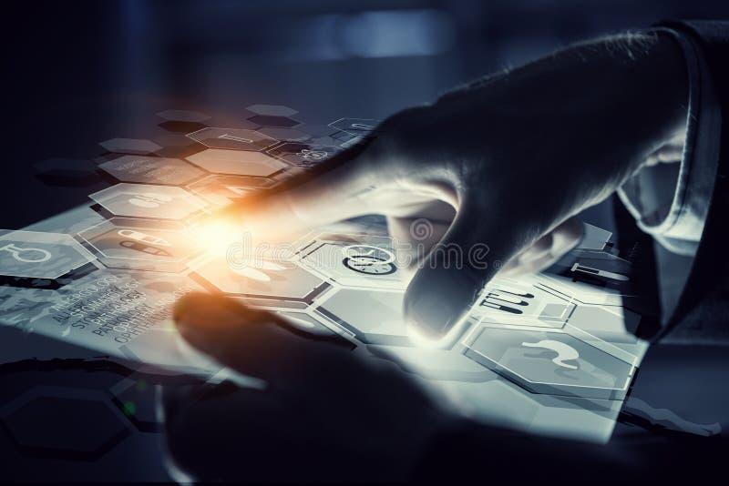 Χρησιμοποίηση των καινοτόμων τεχνολογιών Μικτά μέσα στοκ φωτογραφία