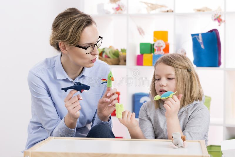 Χρησιμοποίηση των παιχνιδιών κατά τη διάρκεια της θεραπείας παιχνιδιού στοκ φωτογραφία με δικαίωμα ελεύθερης χρήσης