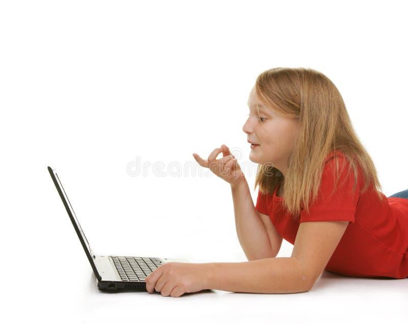χρησιμοποίηση lap-top κοριτσιώ&nu στοκ εικόνες με δικαίωμα ελεύθερης χρήσης