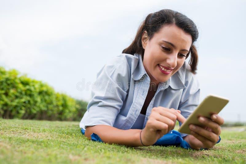 Χρησιμοποίηση Smartphone στοκ εικόνες με δικαίωμα ελεύθερης χρήσης