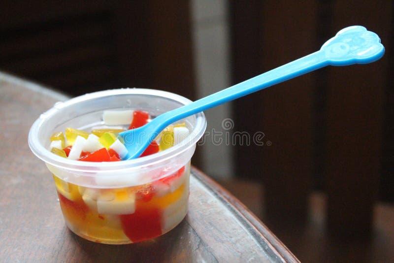 Χρησιμοποιήστε ένα κουτάλι για να εκσκάψετε τη ζελατίνα στοκ φωτογραφία με δικαίωμα ελεύθερης χρήσης
