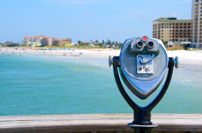 Χρησιμοποιημένες νόμισμα διόπτρες υψηλής δύναμης στην παραλία στοκ εικόνες με δικαίωμα ελεύθερης χρήσης