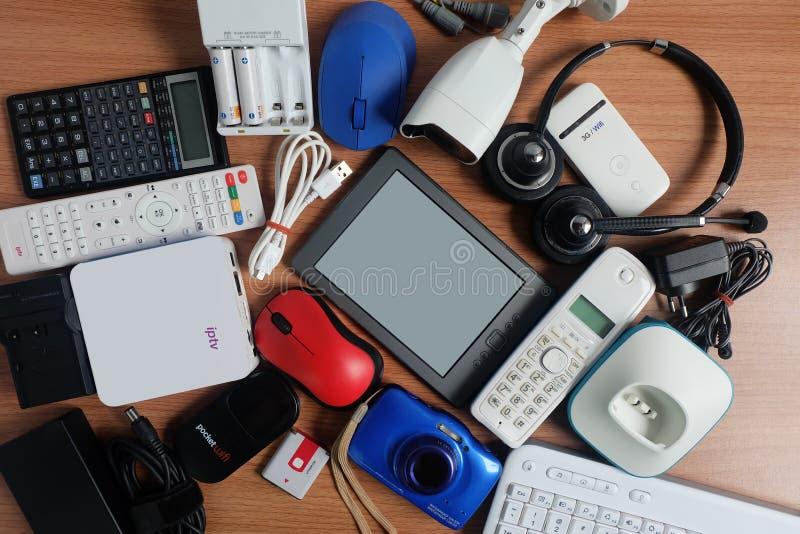 Χρησιμοποιημένες σύγχρονες ηλεκτρονικές συσκευές για την καθημερινή χρήση στο ξύλινο πάτωμα, την επαναχρησιμοποίηση και την ανακύ στοκ φωτογραφίες με δικαίωμα ελεύθερης χρήσης