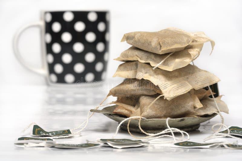 Χρησιμοποιημένες τσάντες τσαγιού και ένα φλυτζάνι στοκ φωτογραφίες