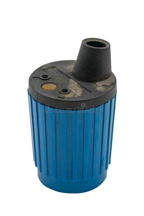 Χρησιμοποιημένη μηχανική ξύστρα για μολύβια στο μπλε χρώμα που απομονώνεται στο λευκό στοκ φωτογραφία