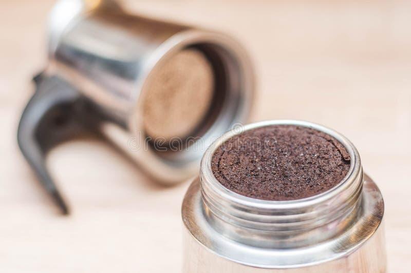 Χρησιμοποιημένοι λόγοι καφέ μετά από να κατασκευάσει τον καφέ πρωινού σας σε έναν κατασκευαστή καφέ με ένα πλέγμα με ένα θολωμένο στοκ εικόνες με δικαίωμα ελεύθερης χρήσης