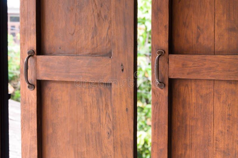 Χρησιμοποιημένος για να ανοίξει το παράθυρο, παλαιό ξύλινο παράθυρο στοκ εικόνες με δικαίωμα ελεύθερης χρήσης