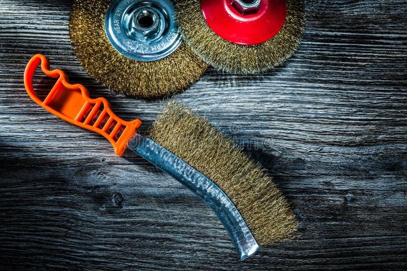 Χρησιμοποιημένος ξύστε τις βούρτσες καλωδίων στον εκλεκτής ποιότητας ξύλινο πίνακα στοκ φωτογραφία με δικαίωμα ελεύθερης χρήσης