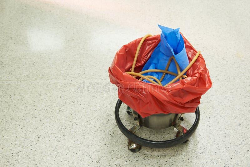 Χρησιμοποιημένος σωλήνας αναρρόφησης σε κόκκινο κάδο απορριμμάτων στοκ φωτογραφίες με δικαίωμα ελεύθερης χρήσης