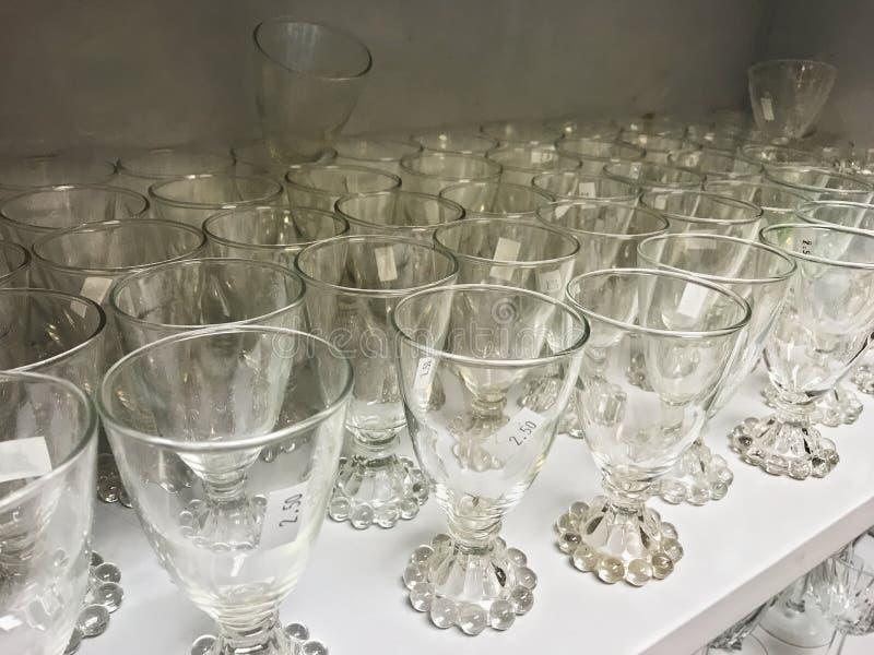 Χρησιμοποιημένο κρύσταλλο γυαλιού stemware σε ένα ράφι thrift στο κατάστημα στοκ φωτογραφία με δικαίωμα ελεύθερης χρήσης