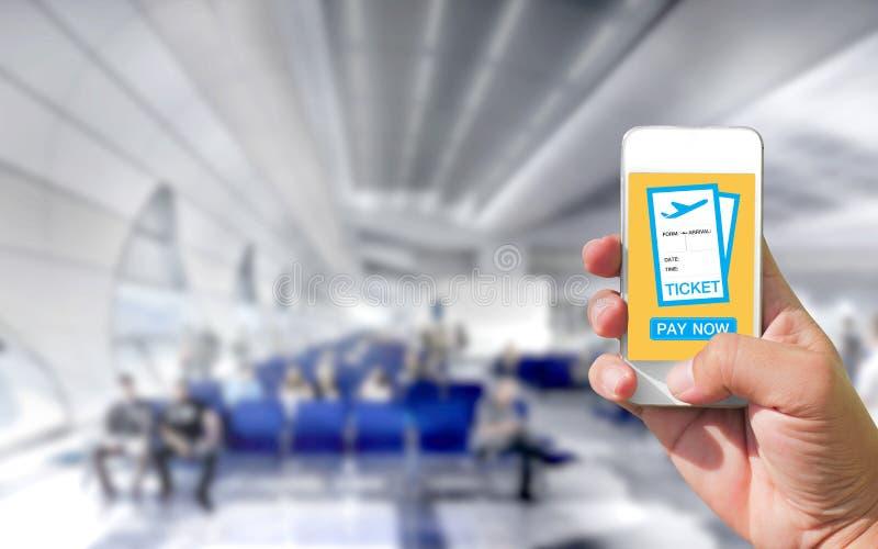Χρησιμοποιώντας το κινητό έξυπνο τηλέφωνο αγοράστε την πτήση αερολιμένων εισιτηρίων ΤΣΕ αεροπλάνων στοκ εικόνα