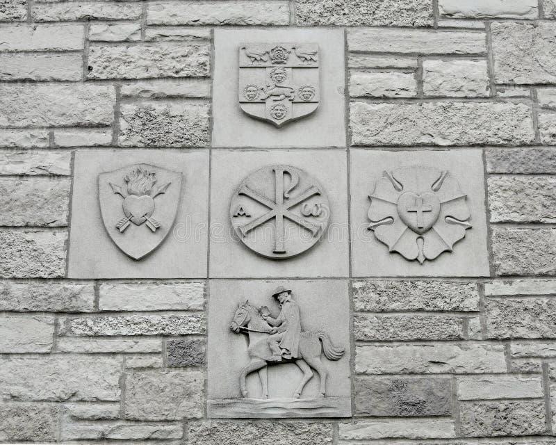 Χριστιανικά θρησκευτικά σύμβολα στο πέτρινο υπόβαθρο τοίχων στοκ φωτογραφία