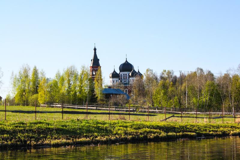 Χριστιανική εκκλησία στο κομψό δάσος στοκ φωτογραφία με δικαίωμα ελεύθερης χρήσης