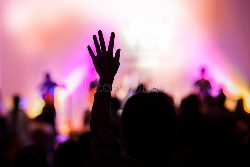 Χριστιανική συναυλία μουσικής με το αυξημένο χέρι στοκ εικόνα με δικαίωμα ελεύθερης χρήσης