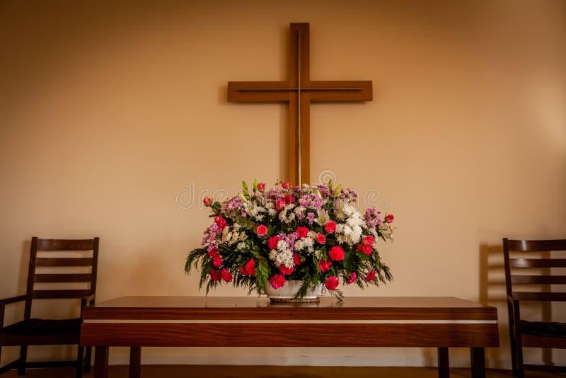 Χριστιανικοί σταυρός και λουλούδια στο βωμό στοκ φωτογραφίες