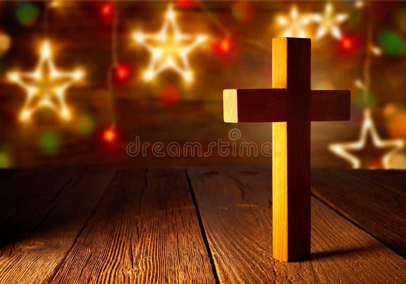 Χριστιανικός ξύλινος σταυρός στα αστέρια Χριστουγέννων στοκ φωτογραφία με δικαίωμα ελεύθερης χρήσης