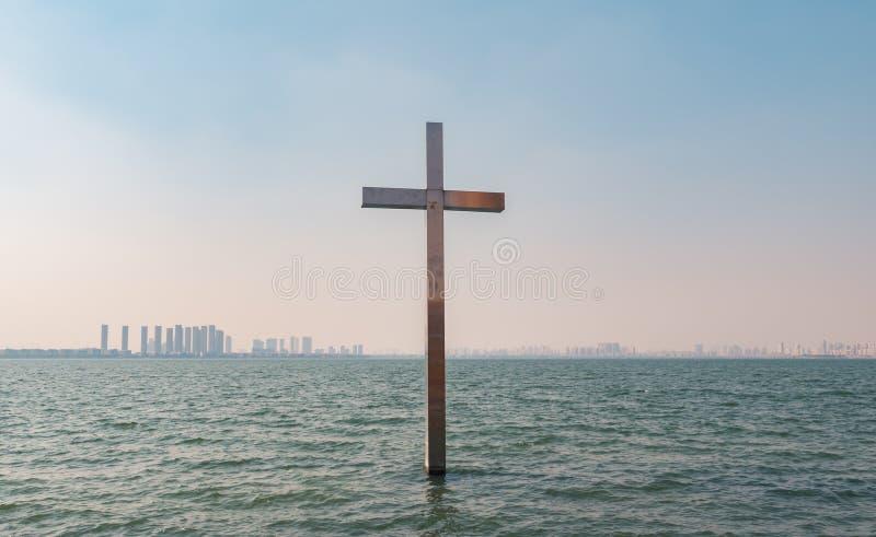 Χριστιανικός σταυρός μετάλλων στο νερό πέρα από το υπόβαθρο μπλε ουρανού στοκ φωτογραφία με δικαίωμα ελεύθερης χρήσης