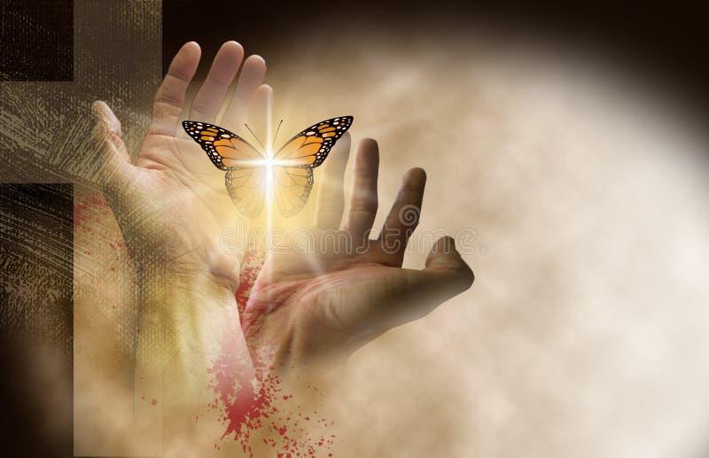 Χριστιανικός σταυρός με τα χέρια που απελευθερώνει τη λεπτή πεταλούδα στοκ εικόνα