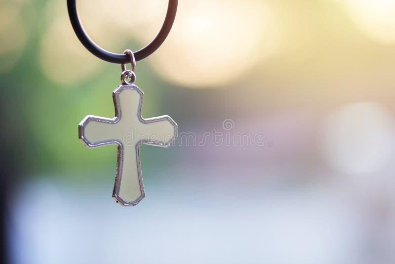 Χριστιανικός σταυρός με το θολωμένο bokeh ελαφρύ υπόβαθρο με το πρωί στοκ φωτογραφία με δικαίωμα ελεύθερης χρήσης