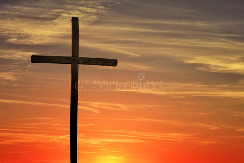Χριστιανικός σταυρός πέρα από το σκούρο κόκκινο υπόβαθρο ηλιοβασιλέματος στοκ εικόνες