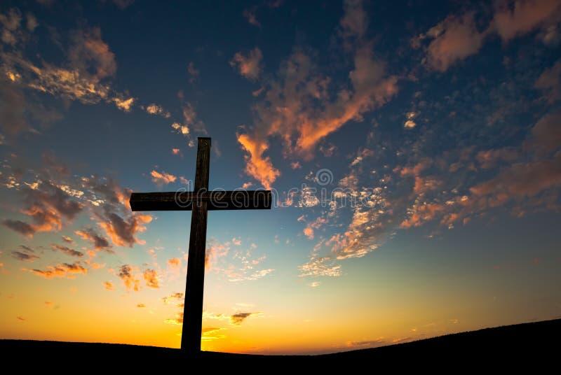 Χριστιανικός σταυρός πέρα από το όμορφο υπόβαθρο ηλιοβασιλέματος στοκ εικόνες με δικαίωμα ελεύθερης χρήσης