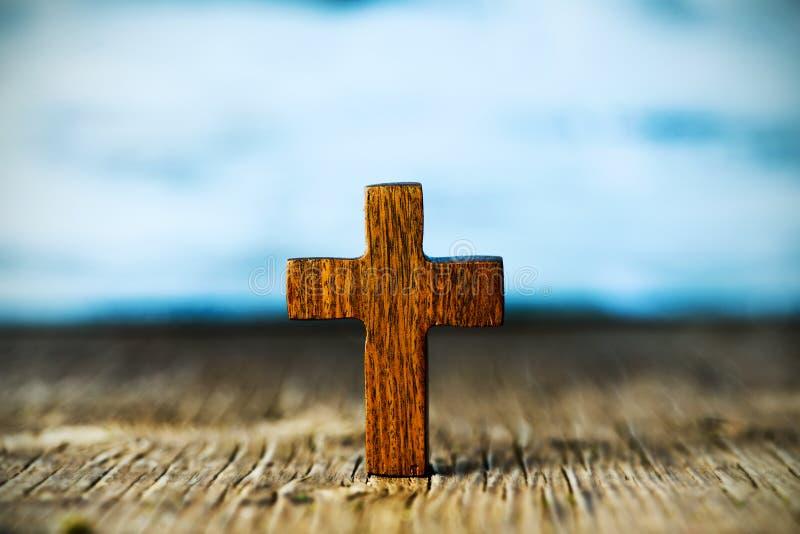 Χριστιανικός σταυρός σε μια ξύλινη επιφάνεια στοκ φωτογραφίες