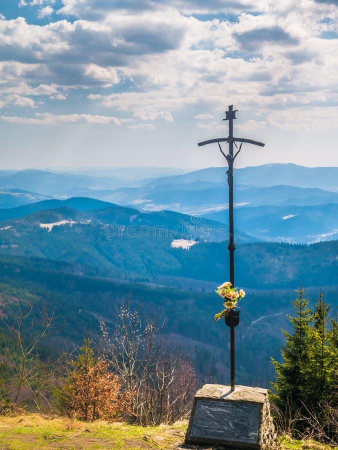Χριστιανικός σταυρός στην κορυφή του βουνού στοκ εικόνα με δικαίωμα ελεύθερης χρήσης