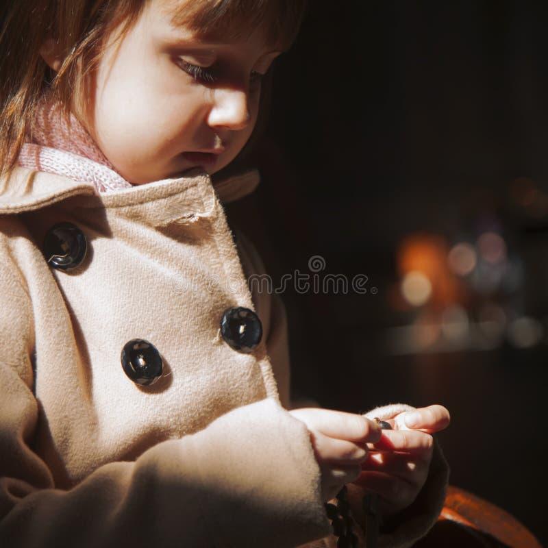 Χριστιανός λίγο χαριτωμένο κορίτσι παιδιών που προσεύχεται rosary Έννοια πίστης στοκ φωτογραφία με δικαίωμα ελεύθερης χρήσης