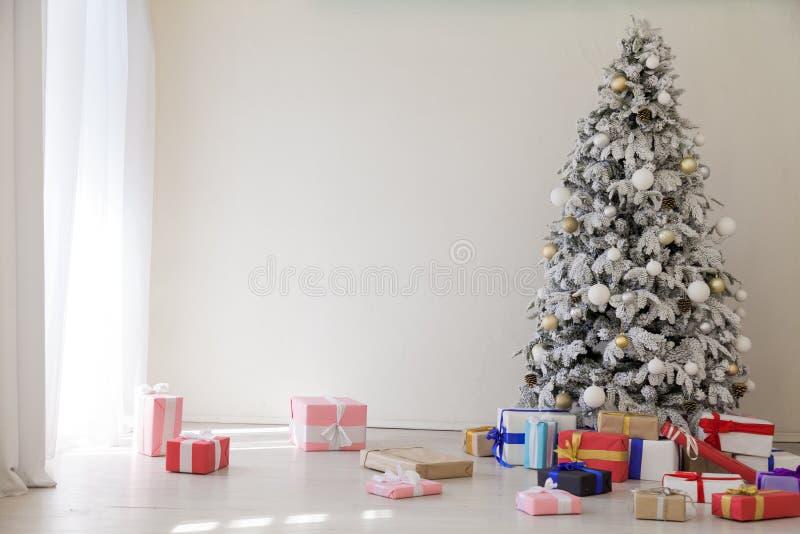 Χριστουγέννων εσωτερικά δώρα χειμερινών διακοπών διακοσμήσεων δέντρων έτους δωματίων νέα στοκ φωτογραφίες με δικαίωμα ελεύθερης χρήσης