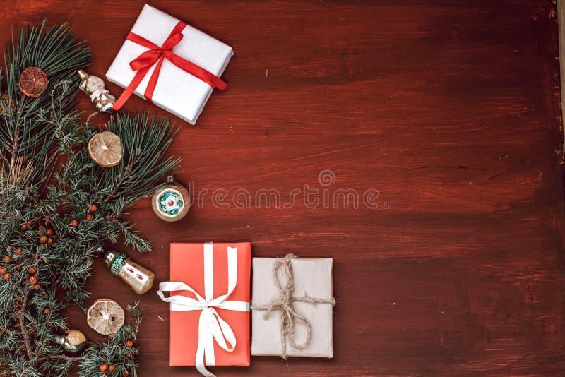 Χριστουγέννων οικογενειακές διακοπές έτους διακοπών νέες που διακοσμούν το δέντρο στοκ εικόνα με δικαίωμα ελεύθερης χρήσης